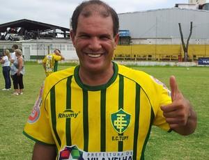 Bem de saúde, Geovani Silva, ex-Vasco, participou do jogo festivo no Estádio Gilo Bernardes (Foto: Bruno Marques/Globoesporte.com)