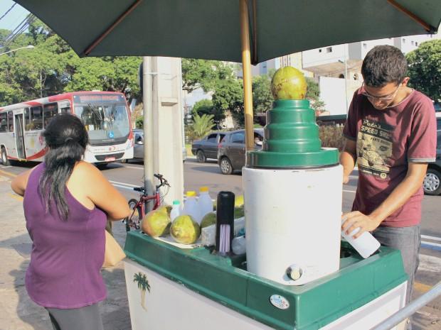 Vendedor de água de coco diz que vendas aumentaram em 30% na última semana (Foto: Gabriela Pavão/ G1 MS)