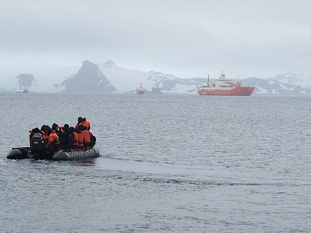 Bote com militares, cientistas e jornalistas segue para o navio Ary Rongel (Foto: Eduardo Carvalho/G1)