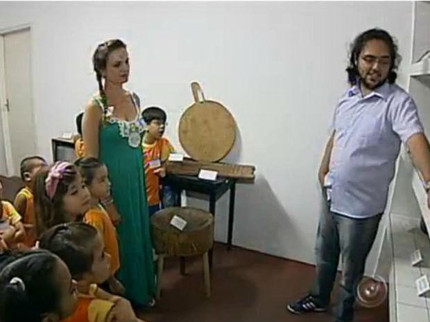 Crianças de quatro e cinco anos participaram da produção de um dos volumes. (Foto: Reprodução / TV Tem)