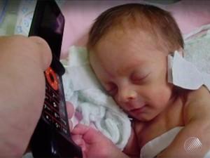 Ao ouvir voz da mãe no celular, bebê sorri (Foto: Reprodução/TV Bahia)