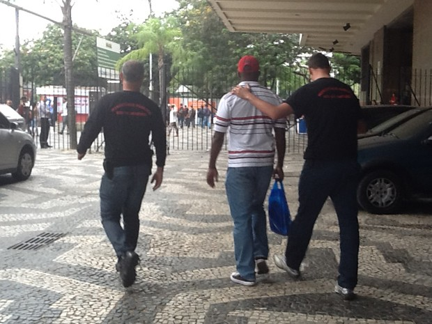 Presos foram levados para a Seseg (Foto: Mariucha Machado / G1)