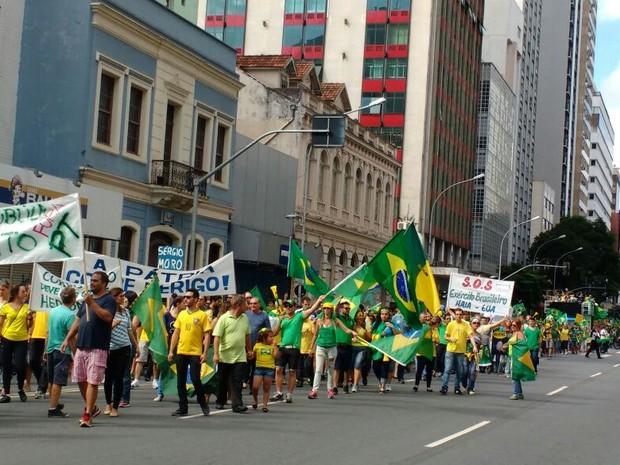 Vestidos de verde e amarelo, com faixas, cartazes e apitos, os manifestantes também demonstraram apoio às investigações da Operação Lava Jato (Foto: Ana Zimmerman/RPC)