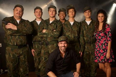 Marcelo Faria com o elenco da peça (Foto: Guilherme Maia)