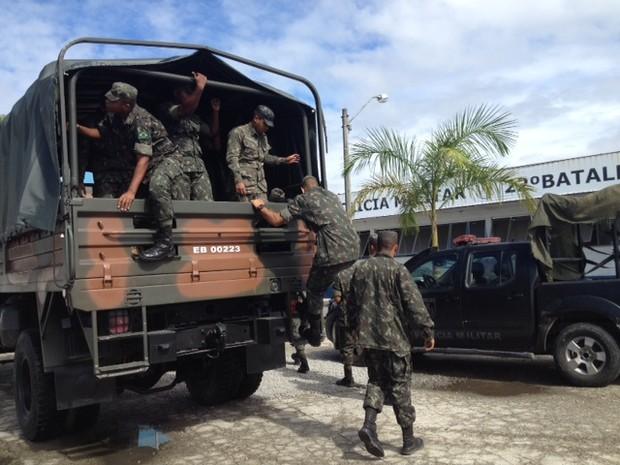Militares se preparam para participar de operação da PM na Maré (Foto: Mariucha Machado/G1)