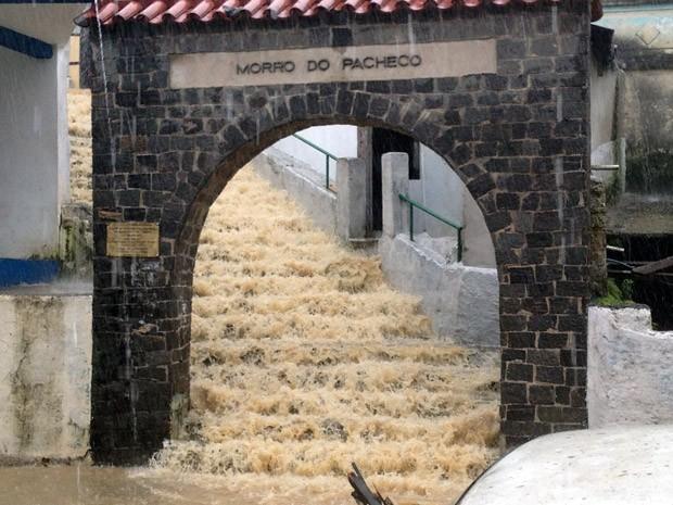 Escadaria do Morro do Pacheco, em Santos, vira cachoeira durante chuva (Foto: Cristiane Amaral/TV Tribuna)