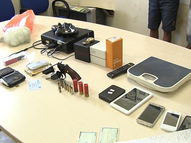 Polícia apreendeu arma, munições, celulares e outros objetos (Foto: Reprodução/TV Tapajós)