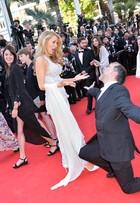 Convidado se empolga e ajoelha para reverenciar Blake Lively em Cannes
