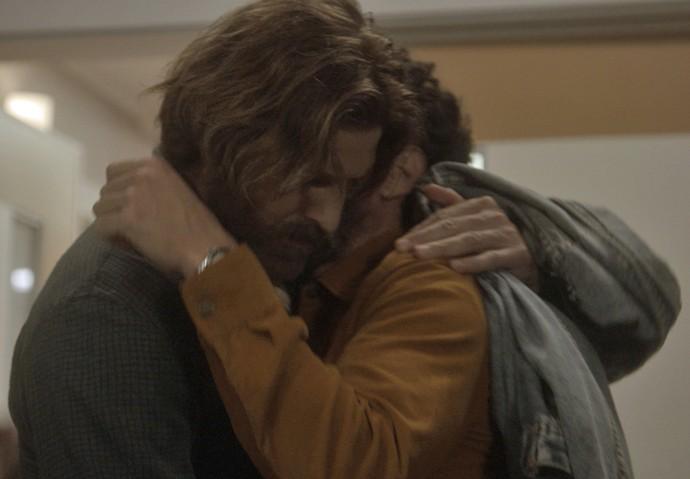 Pedro conforta o rapaz (Foto: TV Globo)