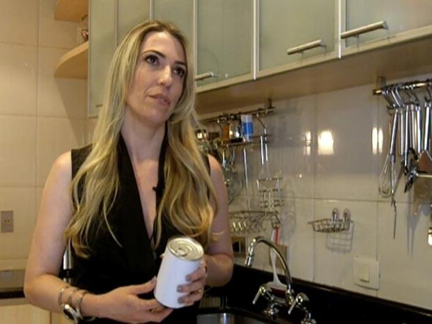 Regiane cortou a mão abrindo uma lata de alcachofras (Foto: BBC)