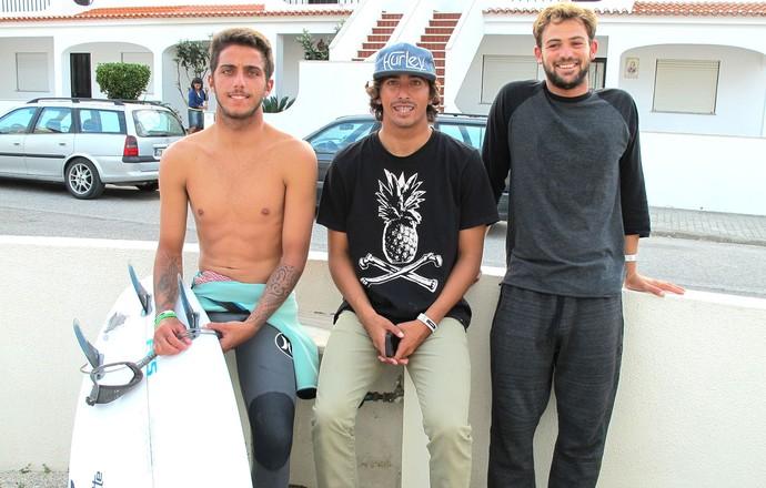 Alejo Muniz, Filipe Toledo e Miguel Pupo alugam casa em Portugal (Foto: Carol Fontes)