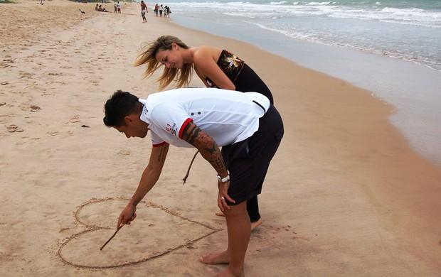 Cicinho e Marri se divertem na praia de Boa Viagem (Foto: Tiago Medeiros/Globoesporte.com)