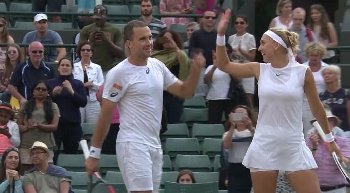 Vesnina e Soares comemoram vitória nas quartas de Wimbledon (Foto: Reprodução)