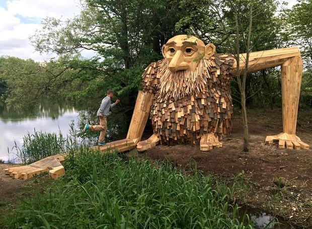 esculturas-gigantes-de-madeira-thomas-dambo-dinamarca-teddy-friendly (Foto: Reprodução/Thomas Dambo)