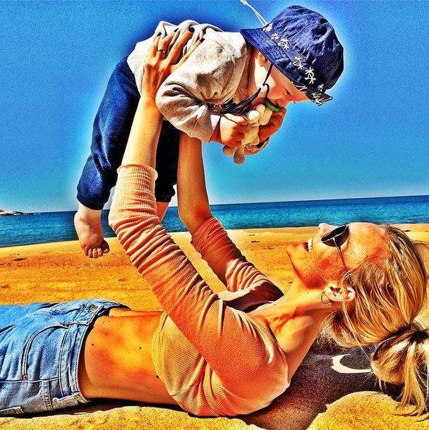Carol Trentini posta foto com baby Bento e mostra barriga negativa