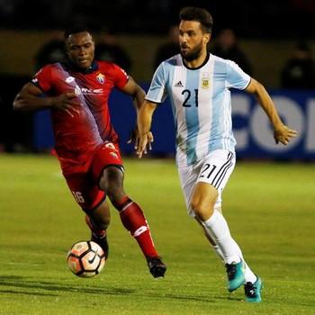 Ignacio Canuto Atlético Tucumán de Argentina e Félix Borja (Foto: EFE)