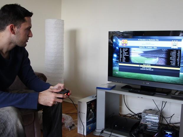 Thiago comprou junto com o console o jogo 'Fifa 14' (Foto: Eduardo Pavani/Arquivo Pessoal)