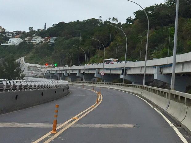 Contraste no Elevado do Joá: faixas olímpicas vazia à esquerda, trânsito parado no viaduto (Foto: José Raphael Berrêdo/G1)