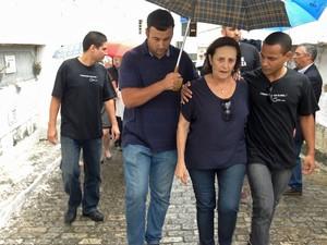 Lucinha Araújo, viúva de João Araújo, durante o enterro do produtor no Rio de Janeiro (Foto: Kathia Mello/G1)