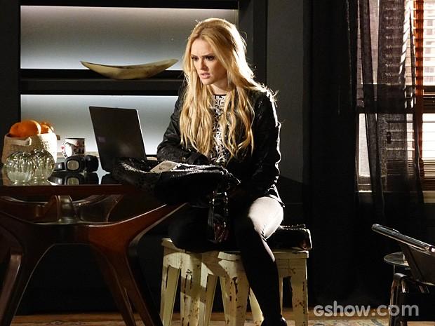 Megan invade o apartamento do namorado em busca de pistas  (Foto: Geração Brasil / TV Globo)