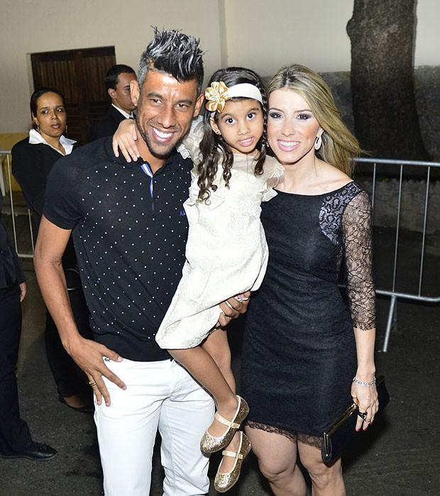 Leo Moura, a mulher, Camila Silva, e a fila, Isabella (Foto: André Muzell e Alex Palarea/AgNews)