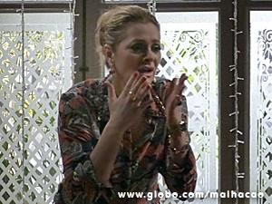 Maura fica desesperada ao ver o estrago na sua casa e dá um chilique (Foto: Malhação / TV Globo)