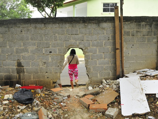 Buraco em muro permite passagem para Hucam, no Espírito Santo (Foto: Guilherme Ferrari/ A Gazeta)