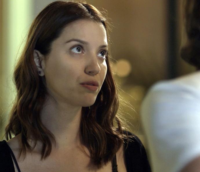Júlia sai assustada do beijo  (Foto: TV Globo)
