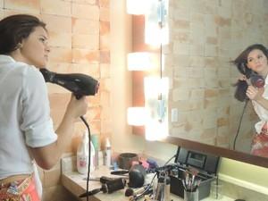 Bruna se arrume em camarim, em Goiânia (Foto: Paula Resende/ G1)