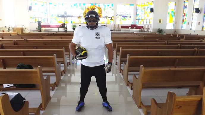 Evandro desfila vestido para o jogo na Paróquia onde é sacerdote (Foto: Emilio Botta)