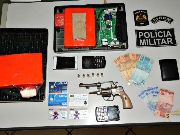 Em Sena Madureira, Polícias Militar e Civil apreenderam 2kg de cocaína, celulares, dinheiro e  cartões magnéticos (Foto: Divulgação/PM)