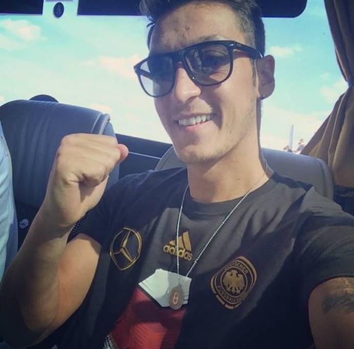 Özil posa com óculos escuros no avião (Foto: Reprodução)