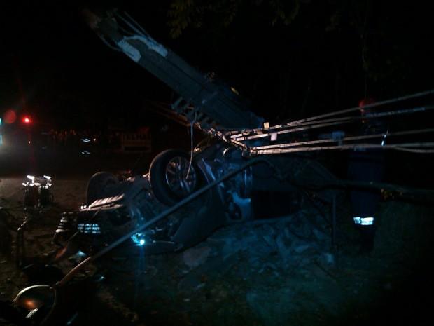 Carro capotou e bateu em um poste, que ficou destruído e precisou ser trocado pela Celé (Foto: Divulgação/Corpo de Bombeiros)