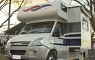 Turistas acampam em motor-homes (Clayton Castelani/G1)