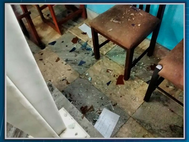 Vidraça quebrada por vândalos no sul da Bahia (Foto: Imagem/TV Santa Cruz)