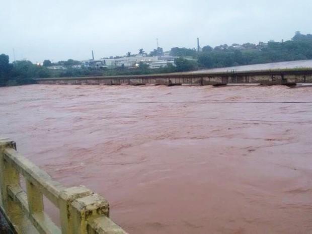 Chuvas que atingem o Paraná desde sábado (9) fizeram rios transbordar; pontes e estradas foram danificadas e trechos de rodovias interditados (Foto: AEN / Divulgação)