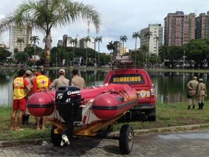 Mergulhadores vão tirar o carro de dentro da lagoa (Foto: Walter Paparazzo/G1)