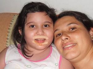 Nalva e a filha Yasmin, que voltou a ser internada para exames (Foto: Arquivo pessoal)