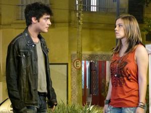 Lia fica inconformada com a proteção de Vitor ao seu irmão bad boy, que prejudica namoro do casal  (Foto: Malhação / TV Globo)