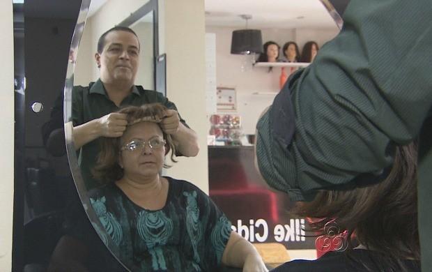 Cabeleireiro doa perucas a mulheres que enfrentam luta contra o câncer (Foto: Amazonas TV)