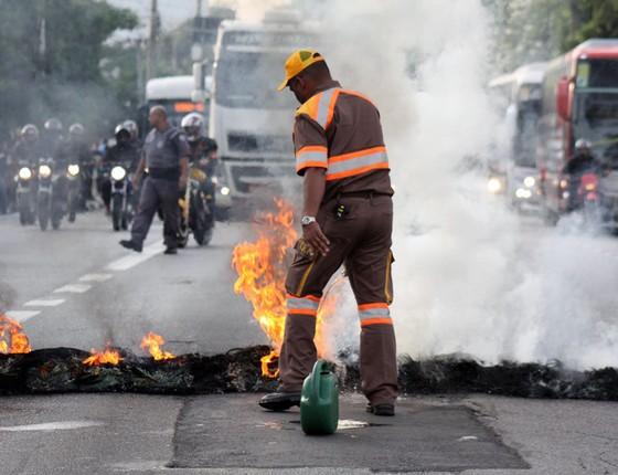 Protesto do MTST na manhã desta terça-feira (30), coloca fogo em pneus na Marginal do Pinheiros, Santo Amaro (Foto: Luiz Claudio Barbosa/AgênciaO Globo)