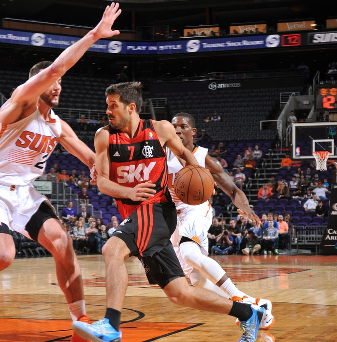 Laprovittola e Miles Plumlee, basquete Flamengo x Phoenix Suns (Foto: Getty Images)