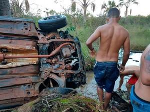 Carro caiu em riacho às margens da BR-020, em Luís Eduardo Magalhães (Foto: Blog do Sigi Vilares)