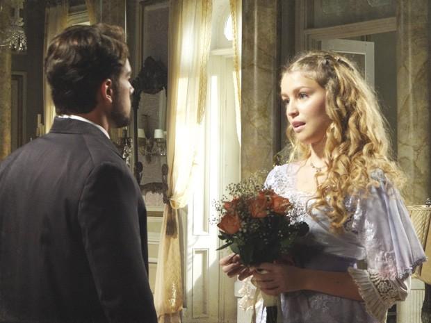 Albertinho leva flores para se desculpar co Esther (Foto: Lado a Lado/Tv Globo)