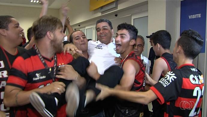 Técnico Marcelo Cabo nos braços da torcida após acesso (Foto: Reprodução / TV Anhanguera)