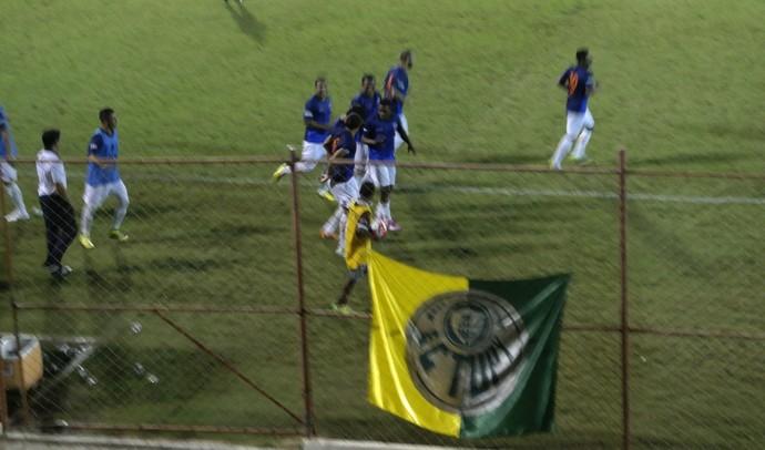 Dilsinho fez o gol do Doze e comemorou com companheiros de equipe e torcida (Foto: Richard Pinheiro/GloboEsporte.com)