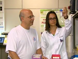 Pesquisa está sendo desenvolvida por Vanderlei Bagnato e Larissa Souza na USP São Carlos (Foto: Reginaldo dos Santos/EPTV)