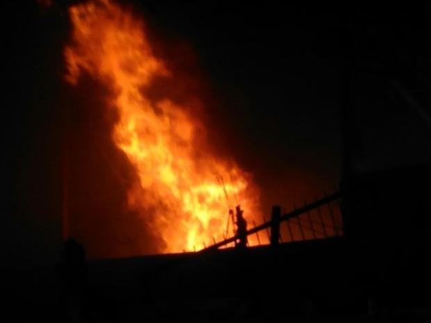 Chamas atingiram dois galpões de uma fábrica de Itaquaquecetuba (Foto: Alessandro Batata/ TV Diário)