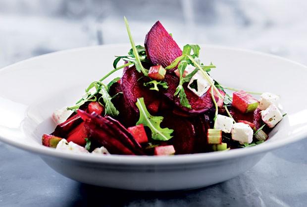Aprenda a fazer três receitas fáceis e sofisticadas de saladas para uma refeição saudável e prazerosa