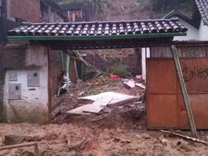 Casa ficou destruída após deslizamento de terra (Foto: Isabela Marinho/G1)